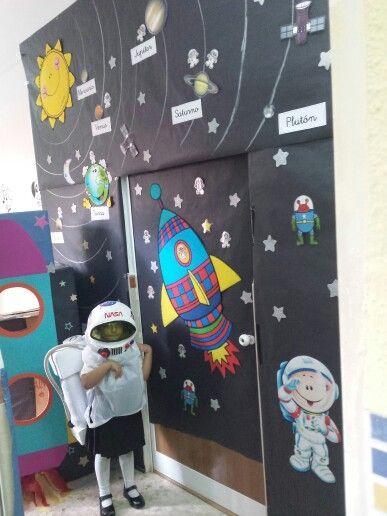 Decoro mi clase el universo laclasedeptdemontse for Puertas decoradas educacion infantil